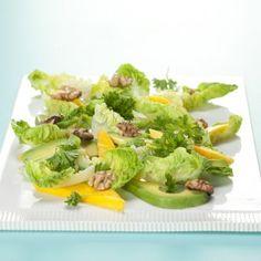 Salat med mango. avocado og valnødder opskrift