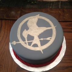 The Hunger Games simple birthday cake. You can tell I'm turning 19 can't you? Hunger Games Cake, Hunger Games Party, Hunger Games Catching Fire, Hunger Games Trilogy, 15th Birthday, Birthday Cake, Birthday Parties, Turning 20, Cupcake Cakes