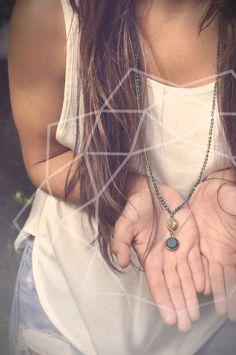 Dos colgantes, uno con gemas y el otro de cristal verde.