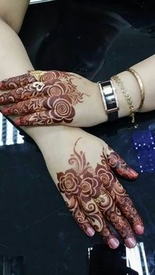 Mehndi is an art where an artist applies various henna tattoos on a girl's hands feet and other body parts. Mehndi Designs for bridals are amazing body art. Henna Hand Designs, Mehndi Designs Finger, Latest Arabic Mehndi Designs, Rose Mehndi Designs, Modern Mehndi Designs, Mehndi Design Pictures, Mehndi Designs For Fingers, Beautiful Henna Designs, Latest Mehndi Designs