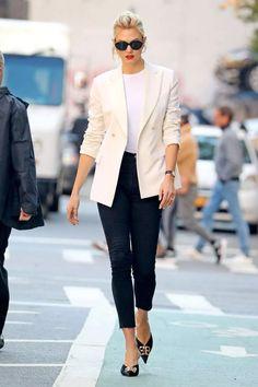 Karlie Kloss steps out in NYC in cream blazer and black skinny jeans Cream Blazer Outfit, Blazer Outfits Casual, Blazer Outfits For Women, Work Outfits, Work Attire, Estilo Fashion, Boho Fashion, Fashion Outfits, Fall Fashion