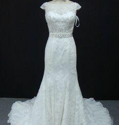 1dcab45eb217 Vestido de noiva semi sereia, rendado com manga curta, bordado no corpete  com faixa