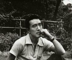 """""""El cielo nublado y blanquecino, el rumor de las cañas de bambú removiéndose, los patéticos esfuerzos de un insecto escalando una hoja de azalea, todas esas cosas continuaban existiendo como antes, aquí y allí, sin orden ni armonía… Sí, era extraño: ni siquiera me sentía solidario con la Nada. Y de nuevo me encontré solo"""".     Yukio Mishima: """"El Pabellón de Oro"""".-"""