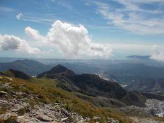 panorama su avenza e marina di carrara visto dal monte sagro, sopra carrara, apuane settentrionali
