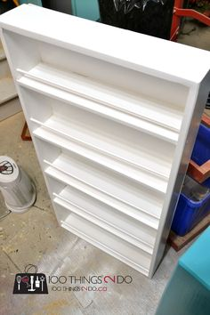 Free plans to build your own DIY door mounted spice rack. An easy build that even a beginner can take on. Utilize the wasted space behind your pantry door. Spice Rack Back Of Door, Can And Spice Rack, Build A Spice Rack, Spice Rack Pantry, Door Mounted Spice Rack, Spice Shelf, Spice Racks, Diy Storage Shelves, Spice Storage