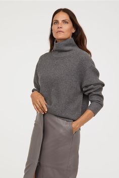 Polo-neck jumper in a soft, rib-knit cashmere blend with long sleeves and wide ribbing at the cuffs and hem. Casual Winter Outfits, Trendy Outfits, Sweater Shop, Sweater Cardigan, H&m Trends, Polo Neck, Trendy Clothes For Women, Minimalist Fashion, Minimalist Style