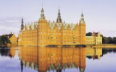#Travelfamilia El castillo danés de Frederiksborg está construido en Hillerød sobre tres islotes del Slotssø entre 1560 y 1630 obra de Hans van Steenwinckel el Antiguo. Se le considera como la mayor figura del Renacimiento danés. Fue nombrado en honor de Federico II.