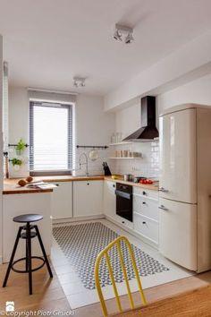 Cozinha branca com bancada de madeira e geladeira retrô