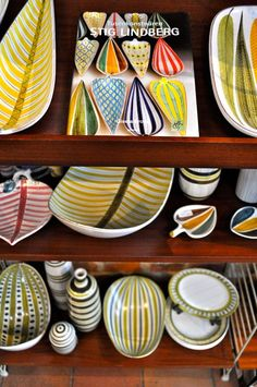 Swedish designer Stig Lindberg for Gustavsberg. Hand decorated plates, dishes and bowls. Natural organic forms, lighthearted patterns and motifs. Ceramic Painting, Ceramic Art, Painted Ceramics, Ceramic Design, Swedish Design, Scandinavian Design, Ceramic Plates, Ceramic Pottery, Art Scandinave