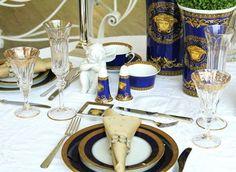 Baixela azul e dourada que escolhi para ajudar a compor a cartela de cores. Saleiro, pimenteiro e consomés da mesma linha dos vasos Versace e pratinho lateral, que facilitam muito a vida! (Foto: @felipefgsantos)
