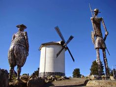Don Quixote e Sancho Pança. 2008. Ferro rígido permeável ao vento. Alberto Vinsennau. Encontram-se na cidade de Tandil, província de Buenos Aires,  Argentina.