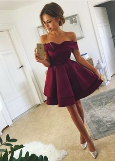 Tired Skirt Off-The-Shoulder Homecoming Dresses Short Prom Gowns Müde Rock off-the-Shoulder Homecoming Kleider kurze Abendkleider Cheap Short Prom Dresses, Burgundy Homecoming Dresses, Hoco Dresses, Pretty Dresses, Beautiful Dresses, Evening Dresses, Dance Dresses, Prom Gowns, Dress Prom