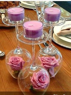 Taças invertidas, rosas e velas