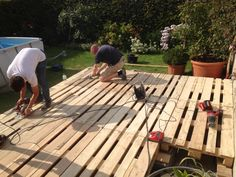 Terrace made of pallets: Summer is coming up and the garden needs a … - GartenDesign Pool Deck Plans, Pool Decks, Patio Design, Garden Design, Deck Cost, Pallet Decking, Decking Area, Pallet Fence, Patio Images