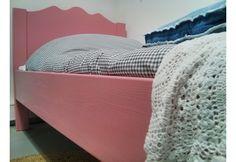 Prachtig juniorbed in massief grenen en dekkend roze. Dit luxe bed wordt met de hand gemaakt en heeft een ambachtelijke afwerking. Het bed wordt inclusief lattenbodem geleverd. Volwassen afmetingen, uw kind kan er jaren mee vooruit. De matras kan apart bijbesteld worden in de maat 90x200cm