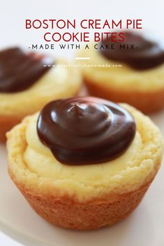 Boston Cream Pie Cookie Bites All of the awesome flavors you love from the traditional Boston Cream Pie are turned into a cookie cup. They are quick to make, starting with a cake mix and taste delicious. Everyone will go crazy for these little cuties. Mini Desserts, Easy Desserts, Delicious Desserts, Yummy Food, Homemade Desserts, Bite Size Desserts, Finger Food Desserts, Food Deserts, Japanese Desserts