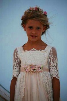 Communion Solennelle, Holy Communion Dresses, Blush Flower Girl Dresses, Little Girl Dresses, Girls Dresses, Vintage Dresses, Nice Dresses, Communion Hairstyles, Baby Flower Crown