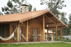 casas-de-madeira-pre-fabricadas Chalet Design, House Design, Prefab Homes, Log Homes, Bungalow, Small Log Cabin, Cabin Porches, Forest House, Cabin Interiors