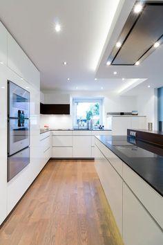 Wohnküche nach Maß in Borken: moderne Küche von Klocke Möbelwerkstätte GmbH Siehe die Steckdosen in der Theke, die Deckenhohen Schränke, keine hervorstehenden Griffe.