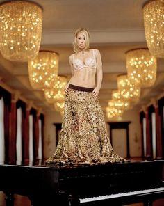 Celebrity Anastacia joins street performer for surprise ...