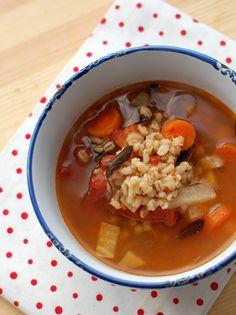 Gondolom teljesen lenullázódott a vitaminkészletem, azért kívánom ennyire a sok zöldséget, de ezt a levest már másodszorra főzőm a héten. Sűrű, annyira, hogy szinte megáll benne a kanál, de én így szeretem. Kuktában zöldségpucolással együtt fél óra alatt meg is van....