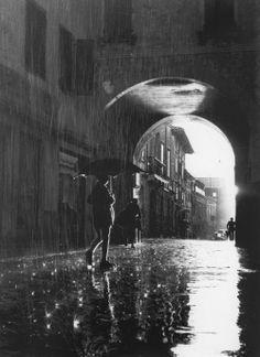 """"""""""" Giuliano Borghesan, Friuli, 1952 """" """" Walking In The Rain, Singing In The Rain, Walking Dead, Rain Photography, Street Photography, Beauty Photography, Inspiring Photography, Photography Lighting, Color Photography"""