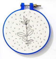 plantita del jardin bordado hilo negro en tela crea blanco crudo bastidor azul