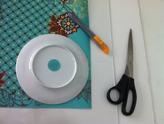 Confira o passo a passo de um original projeto artesanal com aplicação de círculos de tecido adesivados em uma parede. O resultado é surpreendente!