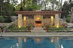 Bilder von Terrassen pergola-steinsaulen-holz-ueberdachung-aussenkamin-pool