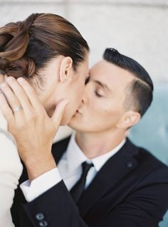 Passionate kiss | Jen Huang Photo | Modern Weddings with Oliveta Design
