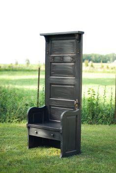 use an old door to make a mud room type piece of furniture    Pr l entrée de la maison