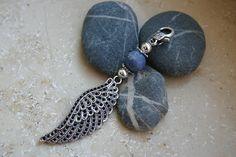 liebevoll gestalteter Wechselanhänger mit Sodalithperle, versilberten Perlen und versilbertem Flügel    ein edler Eyecatcher als Geschenk für die Frau