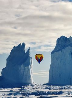 A hot air ballon flies between two icebergs near Arctic Bay, Nunavut Canada. This is known to be the highest latitude passenger flight on a hot air balloon ever. Air Balloon Rides, Hot Air Balloon, Balloon Glow, Le Vent Se Leve, Nature Landscape, Air Ballon, Zeppelin, Ciel, Photo Contest