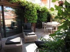 Bohemian Balkon Inrichting : Dieser balkon ist überdacht und mit vielen zimmerpflanzen dekoriert