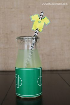 If you are thinking about serving some drinks for an upcoming World Cup party, then you'll need to think about how to serve them in style. Why not take some inspiration from these fun glasses that are accompanied by a suitably sporting drinks straw. Soccer Birthday Parties, Football Birthday, Soccer Party, Sports Party, Birthday Fun, Birthday Ideas, Soccer Theme, Boy Party Favors, Party Fiesta