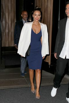Jessica Alba at Narciso Rodriguez Spring 2016 Ready-to-Wear - Office Outfits Jessica Alba Dress, Jessica Alba Style, Jessica Alba Fashion, Office Fashion, Work Fashion, Fashion 2016, Meagan Good, Look Chic, Navy Dress