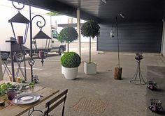 Installation du showroom pour les dégustations chez Cirette Traiteur. #sarahfarsyscénographie #whitepanama #dégustation #mariage #espaceextérieur #pots #lanternes #arbustes