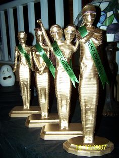 Awesome DIY trophy awards for costume contests at Halloween parties. Old Barbie dolls + tape = crafted creepy cool mummy trophies. Halloween Trophies, Halloween Party Kostüm, Halloween Games, Halloween 2017, Halloween Cosplay, Holidays Halloween, Halloween Crafts, Happy Halloween, Halloween Decorations