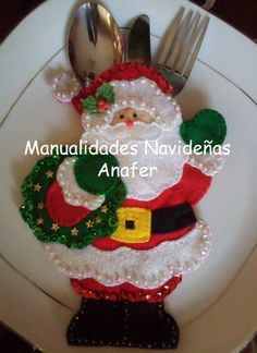 Christmas cutlery holder with patterns Author manualidades navidenas anafer Make yourself beautiful decorative pieces in felt for this C. Christmas Makes, Christmas Art, Christmas Holidays, Felt Decorations, Christmas Table Decorations, Felt Christmas Ornaments, Christmas Stockings, 242, Theme Noel
