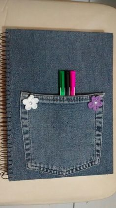 Caderno em jeans com bolso para guardar canetas e objetos.