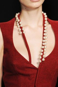 Red dress and pearls - Loren Kemp, Marios Schwab F/W 2011 Couture Details, Fashion Details, Look Fashion, Womens Fashion, Fashion Design, Net Fashion, Fall Fashion, Latest Fashion, Fashion Outfits
