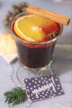 Rezept für selbt gemachten Glühwein. Schmeckt tausend Mal besser als der gekaufte Glühwein und ist schnell gemacht. Mit Orangen, Zimt und Nelken. Mehr Rezepte findet ihr auf meinem Blog.