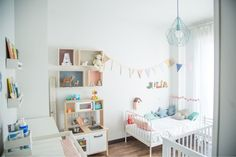 Белые стены в маленькой детской 2