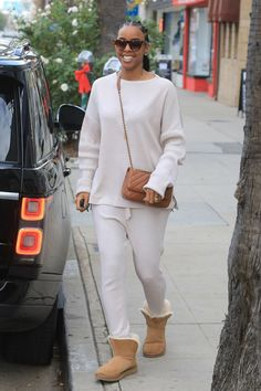 The Trick Celebs Use to Make Ugg Boots Look Casually Cool Short Boots Outfit, Ugg Boots Outfit, Winter Boots Outfits, Winter Fashion Outfits, Winter Outfits, Boot Outfits, Sneaker Outfits, Sporty Outfits, Airport Outfits