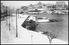 Το λιμάνι της Ζέας (Πασαλιμάνι), χιονισμένο το 1928. Δεξία το Ρώσικο Νοσοκομείο του Πειραιά και στο βάθος ο Ι.Ν. του Αγίου Βασιλείου πάνω από τον όρμο της Φρεαττύδας.