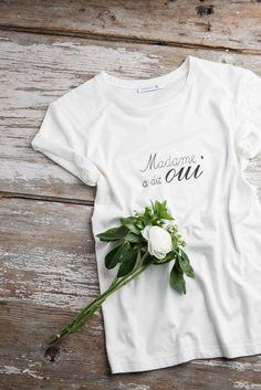 Si vous ne trouvez pas les mots, trouvez le haut ! Un t-shirt blanc et amusant pour la mariée
