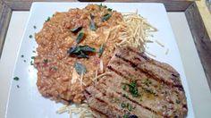 Um prato que chama atenção no visual, no sabor, na combinação... enfim, em tudo que pode chamar atenção numa refeição, isso pode não garantir uma experiência 100% boa, pois algumas intensidades parecem até exageradas, mas que não conseguem estragar a excelente experiência.  #Risotto #Pomodori #Filet #Frango #Arroz #arbório #tomate #mussarela #búfala #parmesão #batata #palha #servido #peito #grelhado #almoço #comida #restaurante #gourmet #italiano #Itália #entraga #pãozinho #frios #torrada…
