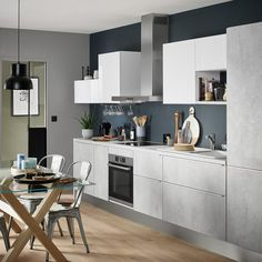 How to design a kitchen in i: tips and tricks for a kitchen in gray concrete effect waxed with a dark blue wall. Ikea Kitchen Design, Small Kitchen Storage, Kitchen Decor, Minimal Kitchen, New Kitchen, Kitchen Tips, Home Suites, Outdoor Living Rooms, Scandinavian Kitchen