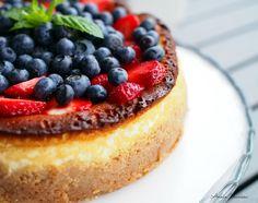 New York Cheesecake kesän marjoilla on täydellinen uunissa paistettava juustokakku, joka maistuu niin kesällä kuin talvella!