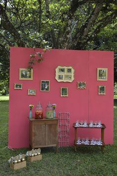 Painel com fotos do ensaio pré casamento em molduras douradas pertinho do refresco para os convidados apreciarem enquanto aguardam a cerimônia.